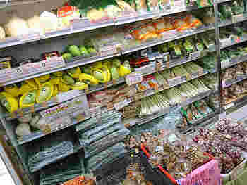 タイ料理には欠かせないフレッシュフルーツやハーブ類も買うことができます。日本では見慣れないようなものも多く、どうやって食べるのか考えるだけでも楽しいもの。気になったものは購入してみて、ネットで食べ方を検索してみるのもおすすめです。