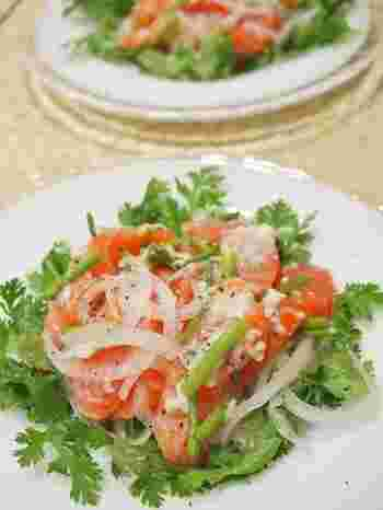 お刺身用サーモンをサラダに使うレシピです。 スモークサーモンを利用してもおいしそうですね。  パクチーの葉っぱでサーモンを包みながら食べるのがおすすめだそうですよ。