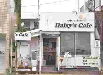 アメリカンテイストの外観がお洒落な、「デイジーズ・カフェ 鎌倉店 (Daisy's Cafe)」。場所は江ノ電・長谷駅から徒歩約4分、由比ヶ浜沿いにあります。大きい窓からは海が眺められ、休日の鎌倉散歩で立ち寄るにはぴったりなカフェです。