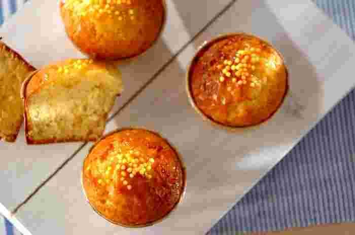 レモン風味の生地の中にレモンピールも加えたバターケーキ。マフィンカップで焼いて、可愛くラッピングしてプレゼントにも。