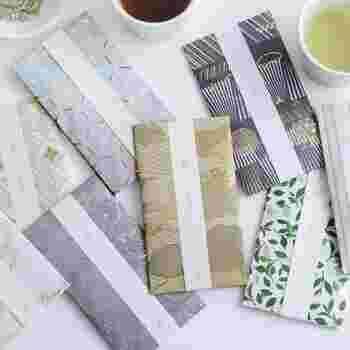 おしゃれなデザインのパッケージに包まれた、緑茶のティーパックのセット。緑茶ならどんな世代の人にも受け入れられるアイテムですね。ティーパックなので淹れやすいのもポイント。3個入りで使い切りやすいのも◎