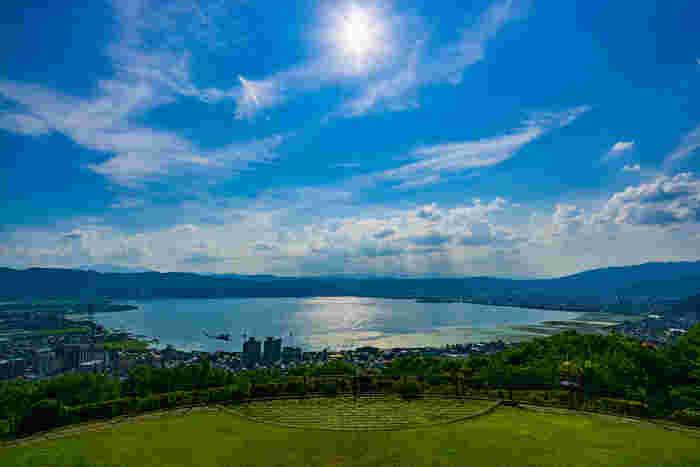 長野県で最も大きな湖・諏訪(すわ)湖の畔にある「上諏訪温泉」。近くには「諏訪大社」や「諏訪湖畔公園」をはじめ、人気の観光スポットがたくさんあります。最近有名になったのが、諏訪湖を見渡せる「立石公園」。映画「君の名は」の聖地として注目を集めました。