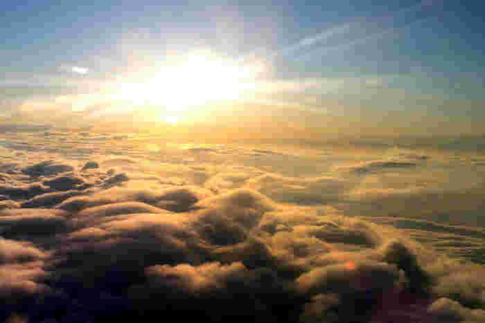 天気が悪くても、雲の上はいつでも青空。雲が流れれば、晴れの日が訪れます。今うまくいっていなくても、それを乗り越えた後には明るい未来が待っているはず!