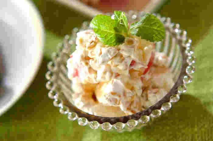 ざく切りしたりんごとくるみを、マスカルポーネチーズで和えただけの簡単デザート。メーブルシロップをかけて召し上がれ♪