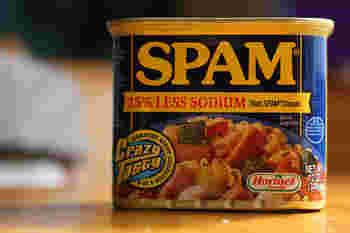スパムはアメリカの商品なので味が濃いイメージがありますが、現在日本で販売されている商品「スパム®クラシック」は、日本人向けの減塩タイプとなっています。更に、スパム®クラシックより20%減塩の「スパム®20%レスソルト」も販売されているので、好みに合わせて選んでみてください。