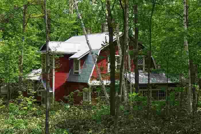 園内に保存されている旧有島武郎邸。札幌農学校の出身である有島武郎は、卒業後アメリカへ留学、帰国後は母校となる北海道大学で教鞭をとる傍ら文筆活動をおこなっていました。もともとは北海道大学近くに建てられたもので、北大職員寮、学生のための有島寮などとして使われたのち、芸術の森に移築されました。