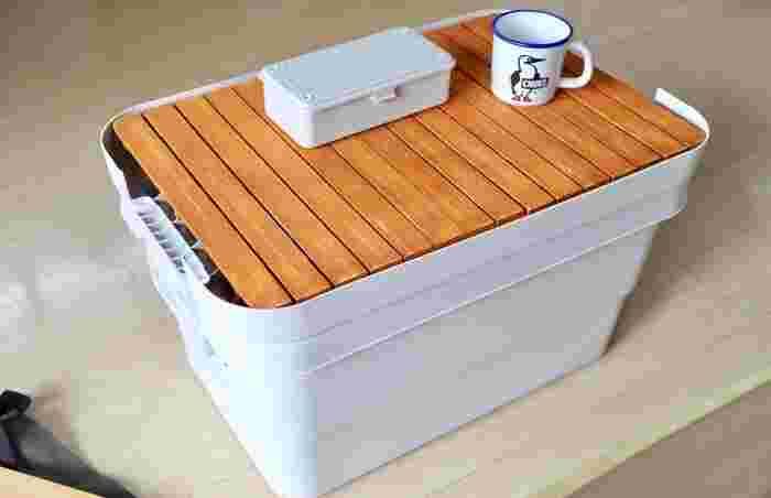 アウトドア上級者さんは、フタ部分に手を加えてテーブルに改造。中にたっぷりものを入れられて、上にもモノを置ける優れものに変身。
