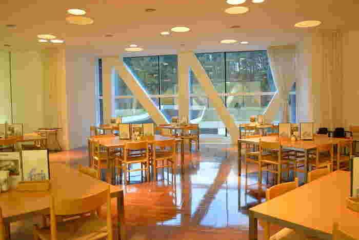 開放的大きな窓から外を眺めながら、青森県産食材を使ったオリジナルカフェメニューが味わえます。