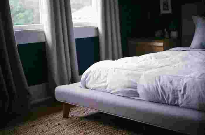 ゆっくり睡眠をとりたい寝室にはダークカラーが落ち着きをもたらしてくれます。 リビングだと重たく薄暗い印象になるので、お部屋によって色を使い分けると良いですね。
