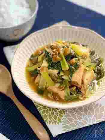 煮汁がよく染み込んだ厚揚げに、なめこの自然なとろみを生かしたあんをかけて。なめこと厚揚げは相性の良い組み合わせですが、どうしても見た目が地味になりがち。ところが小松菜を加えることで、小松菜のシャキシャキとした食感もおいしく、彩りもバッチリのおかずに♪
