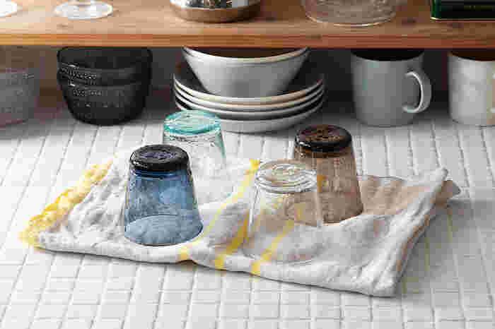 吸水性に優れているから、食器拭きや台拭きに大活躍してくれます。洗いざらしでも様になるのがポイントです。