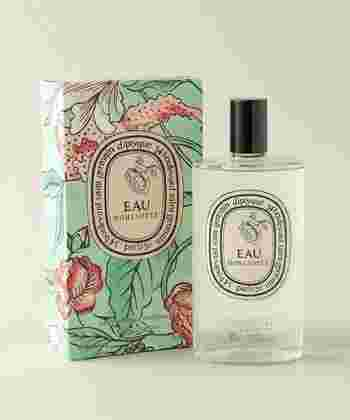 香水には「パルファン」・「オー・デ・パルファン」・「オー・ド・トワレ」・「オー・デ・コロン」の4つの種類があります。香水の種類によって香りの強さや持続時間が異なりますので、シーンに合わせてお好みの香水を選んでみてくださいね。