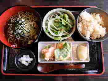 限定20食の茶そば。天ぷら、ロールキャベツ、サラダの他、6種類から選べるスイーツもセットになっていて、色々なものがちょっとずつ食べられるのも女性人気が高いポイントです。
