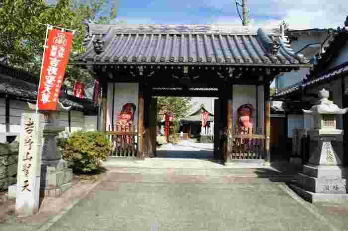 櫻本坊は、壬申の乱に勝利した大海人皇子(後の天武天皇)が7世紀に創建した寺院です。ここは、1594年に豊臣秀吉が催した花見に訪れた、関白・豊臣秀次の宿舎となった地でもあります。