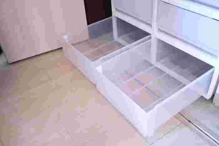 「ホコリ」の温床となりがちなのが、衣装ケースやクローゼット、靴箱。押し入れの奥の方も要注意です。  面倒でも、一度お洋服や靴、収納ボックスをどかして、ホコリをお掃除しておきましょう。  先述のとおり、ホコリは、カビのエサになるので、大切な洋服を守るためにしっかり掃除してくださいね。