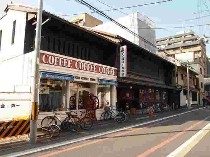 京都に来たら行くべき喫茶店はたくさんありますが、まず外せないのがイノダコーヒ本店。 1947年創業の、京都を代表する老舗喫茶店です。外観の町家作りとモダンなサロンの雰囲気が融合する建物がとても素敵で、珈琲のみならず建築・インテリアの視点からも味わいどころがいっぱい。