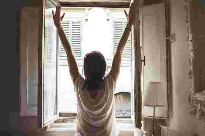 生活リズムが乱れると代謝低下やむくみやすくなる原因になりかねません。平日と休日の就寝・起床時間に大きなズレが生じると、体内時計のバランスが崩れやすくなってしまうので要注意。年末年始などの長期休暇は、特に生活リズムが崩れやすいので、意識して気をつけるようにしましょう。 食事もできるだけ同じ時間に食べるのが好ましいですが、難しい時は体に負担をかけないものを選ぶようにして調整しましょう。