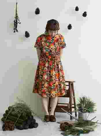 オレンジベースの花柄ワンピースを一枚でシンプルに着こなしたコーディネート。ブラウンのシューズとあわせて、女性らしくふんわりとした印象が魅力的です♪