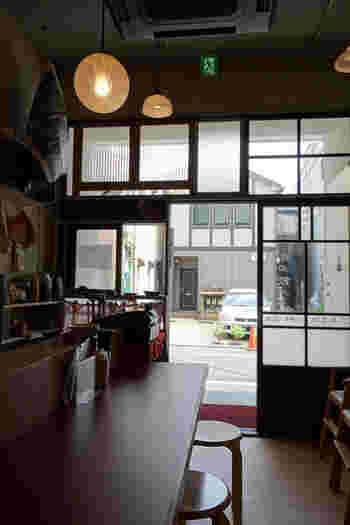 昭和に戻ったかのようなレトロな佇まいの「按田餃子(あんだぎょうざ)」は、代々木上原にある水餃子専門店。オープン前から行列ができることも多く、ミシュランガイドにも掲載されるほどの人気店なんです。