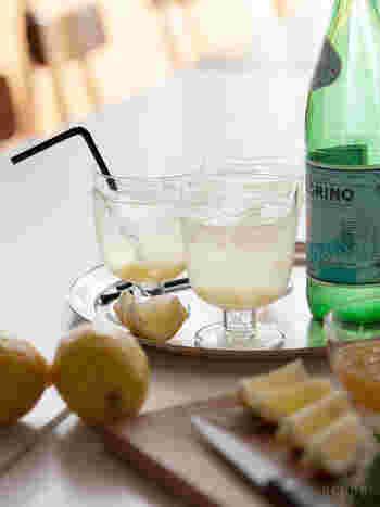 こちらも北欧のブランド、iittala(イッタラ)の「Lempi(レンピ)」シリーズは、脚つきのグラスでありながら、入れる飲み物を選ばない機能美に優れたグラス。シンプルで、デイリーユースにぴったりの佇まいは、ワイングラスとしての使用もおすすめ。フィンランド語で「お気に入り」を意味する「レンピ」の名の通り、ふだんの食卓で自由に使いたいですね。