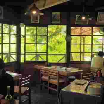 窓に面したテーブル席は、木漏れ日が気持ち良くここが東京とは思えないほど。檜原村には、キツネやたぬきなどの野生動物が多く、運がよければ見かけるかも知れませんよ。
