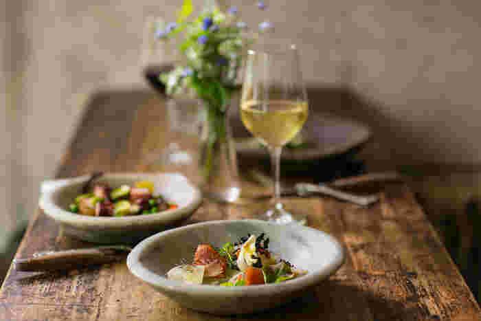 ワインや日本酒などで美味しい料理をいただく、大人な楽しみの時間は、大人だけの至高のひとときです。焼肉ビールも良いですが、ちょっと大人なお酒の飲み方は、魚介×お酒の組み合わせ。しっとり美味しい時間が流れます。