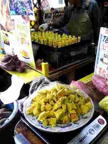 複数の店舗が入っている小江戸横丁の入り口にある「翠扇亭(すいせんてい)」は、度々メディアにも登場する人気の「芋太郎」が食べられるお店です。