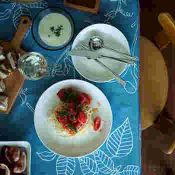 食卓に馴染むティーマのお皿。  ただの丸いお皿ではない存在感はイッタラならでは。