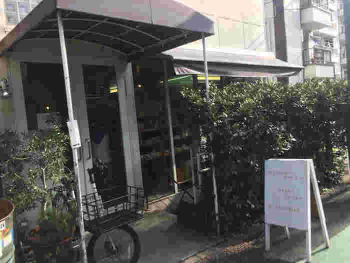 小田急代々木上原駅、京王新線幡ヶ谷駅からそれぞれ徒歩7分ほどの距離にあるこちらのお店。シンプルな店構えがとても可愛らしい雰囲気です。べーカリーは朝7時から、カフェは7時半から営業しています。
