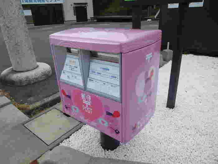 こちらのピンク色のポストは、その名も「すご!ウサ縁結びポスト」。ポストの中には縁結びの祈願を受けた御札が入っているそうで、ラブレターを出してみては*