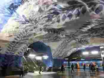 ストックホルムの地下鉄(地上を走っているエリアもあります)は、全ての駅構内に何らかのアートや美術作品が展示されています。駅によってこの写真のように壮大なものから、どこにアートがあるんだろう・・とちょっと探してしまうような駅まで、大きさやアートの種類も様々です。