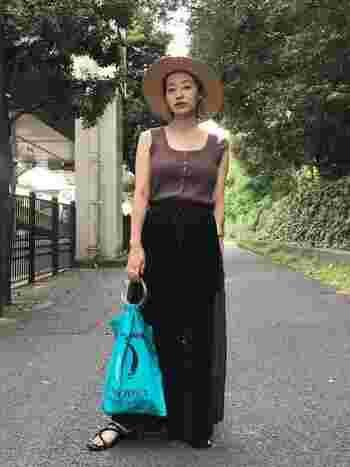 単調になりがちなスカートスタイルをヘルシーに着こなすコツは小物使い。麦わら帽子や思いっきりカジュアルなバッグ、フラットなサンダルを合わせて、上品さの中にヘルシーなカジュアルさを匂わせて。