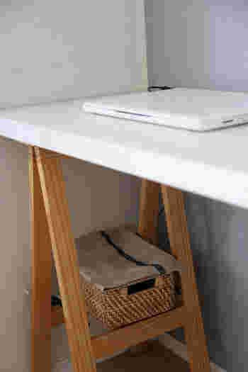 デスク周りの収納では、「ルーター」や「配線」も悩みの種になりがちですよね。そんな電子機器やコード類もこちらのブロガーさんのようにバスケットを上手に活用すれば、スッキリとおしゃれに収納できますよ。