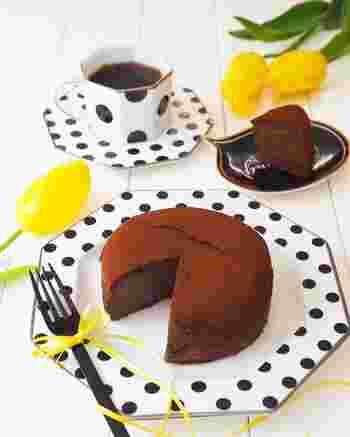 手作り生チョコケーキの賞味期限の目安は、冷蔵で2~3日程度になります。 プレゼントする前日につくって一晩寝かせてから渡すのがおすすめ。渡すころまでには風味も熟成するのでよりおいしくなりますよ♪プレゼントする際はメッセージカードなどに「○○日までに食べてね!」と書いておくと良いでしょう。  何日か保存する場合は、乾燥を防ぐためにラップに包むか密閉容器に入れるかして冷蔵庫に入れておくと安心です。