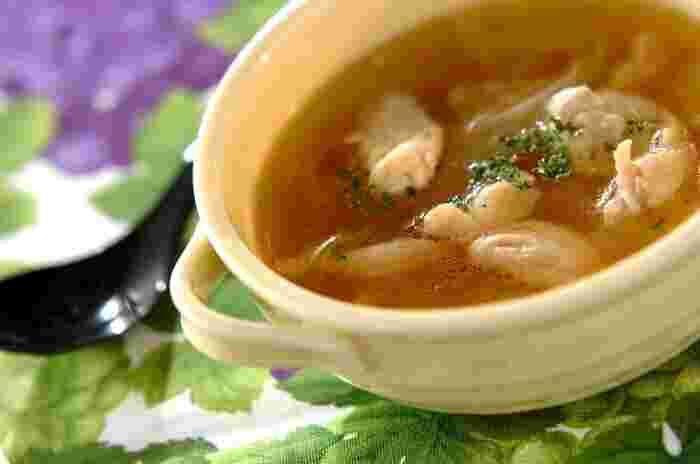 シンプルな食パンにあわせるのは、鶏肉と玉ねぎだけを使ったチキンスープはいかが? 鶏肉の旨味と玉ねぎの甘みがギュッと詰まったシンプルなスープ。カリッと焼き上げた食パンを浸して食べても美味しそうですね。