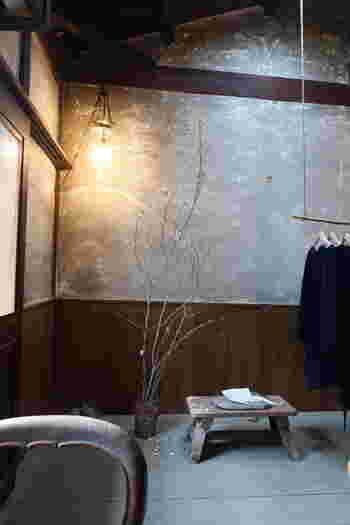 こちらは、「COSMIC WONDER」のイベントでのディスプレイです。有機栽培綿、手紡ぎの自然栽培綿、有機栽培麻など天然素材で構成した竜宮衣の展示販売でした。身体に優しい物を扱っているのですね。
