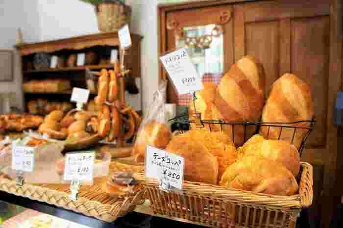 神奈川県内でも人気の観光地、鎌倉駅から歩いて20分ほどの場所にある「Bergfeld(ベルグフェルド)」。ドイツパン好きならご存知の方も多いはず!1980年創業「子供に安心して食べさせられるパンとお菓子」をモットーにした活気溢れるお店です。