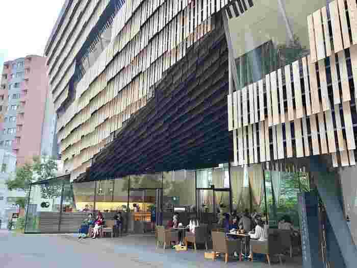 都営大江戸線本郷三丁目駅から徒歩3分ほど、東京大学本郷キャンパスの春日門を入ってすぐのところにある「廚菓子くろぎ(くりやかしくろぎ)」。個性的なデザインの建物が印象的で、こちらは同大学の教授でもある建築家、隈研吾氏が設計を手がけています。