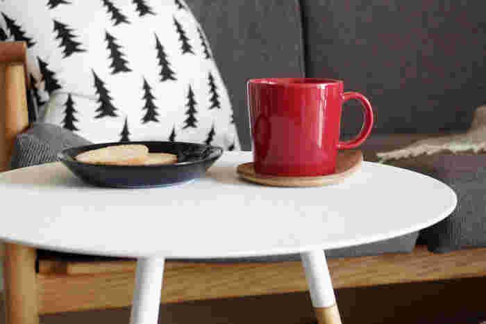 リビングでコーヒーを飲むとき、キッチンにコースターをわざわざ取りに行くのは面倒なもの…。