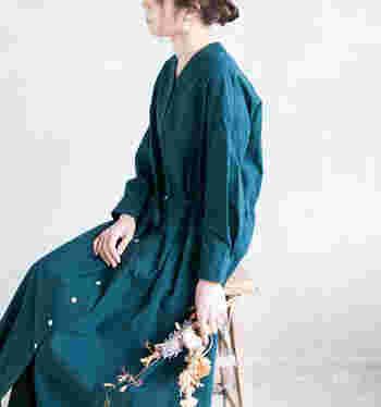 「ドナーワンピース」は、病院着からイメージがふくらんでいったもの。「ややゆったり」という絶妙なこだわりがポイントです。エレガンスにもクラシカルにも、羽織りにしてパンツと合わせればメンズライクにも着こなせます。