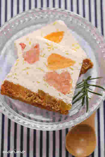 水切りヨーグルトなどをベースにした爽やかな生地に、3種の柑橘を混ぜ込んで冷やし固めたアイスケーキ。柑橘を蜂蜜でマリネしてから入れるのがポイント。