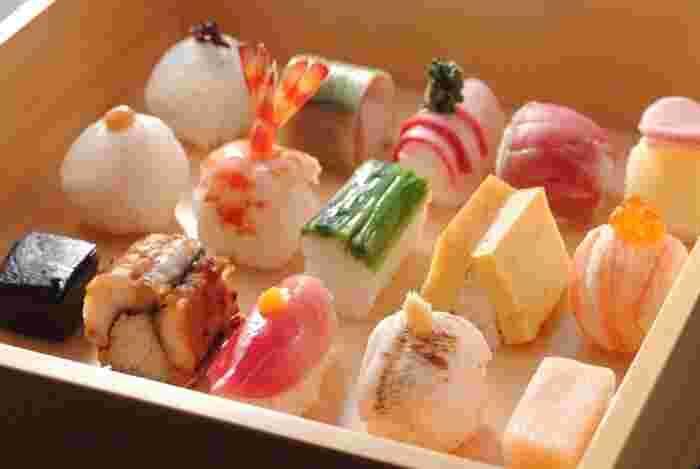 祗園の花見小路通りにある、【祗をん 豆寅】さん。 舞妓さんのおちょぼ口でも食べられる小さな「豆寿司」が大人気です。