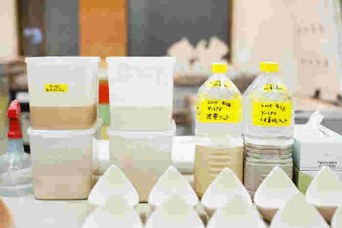 バーズワーズ特有のやさしい色を生み出す釉薬も、何回もテストを繰り替えしながら伊藤さんが一から作り、それをもとに釉薬屋さんに依頼しているそう