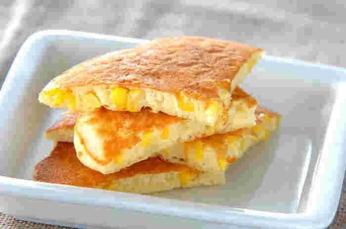 コーンのやさしい甘さが特徴のパンケーキ。おやつというよりも、朝食にぴったりなお食事系パンケーキです。