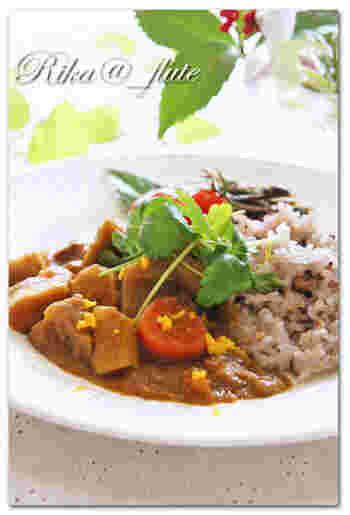 お正月料理に飽きたら、残った筑前煮をリメイクしたこんなカレーライスはいかがでしょう。筑前煮にはもともと和のお味がしっかりとついているので、和風テイストのカレーが楽しめますよ。お好みで柚子と三つ葉を散らして味にアクセントをプラス!白米は勿論、玄米や十穀米との相性も抜群です。