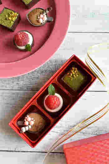 赤いしっかりした作りのボックスは、ボンボンショコラを美しく引き立たせます。一粒一粒がまるで宝石のよう。素敵なプレゼントになりそうですね。
