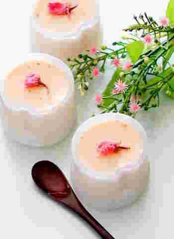 桜あんと吉野葛が入った和菓子のようなプリン。上には桜の塩漬けをトッピングして、春の雰囲気を盛り立てて。