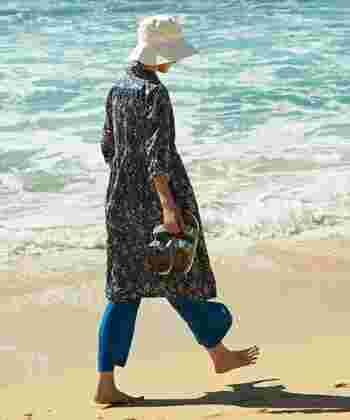 ロングシャツワンピースとの着こなしもおすすめ!特にコンフォートサンダルはナチュラルな印象にまとまります。