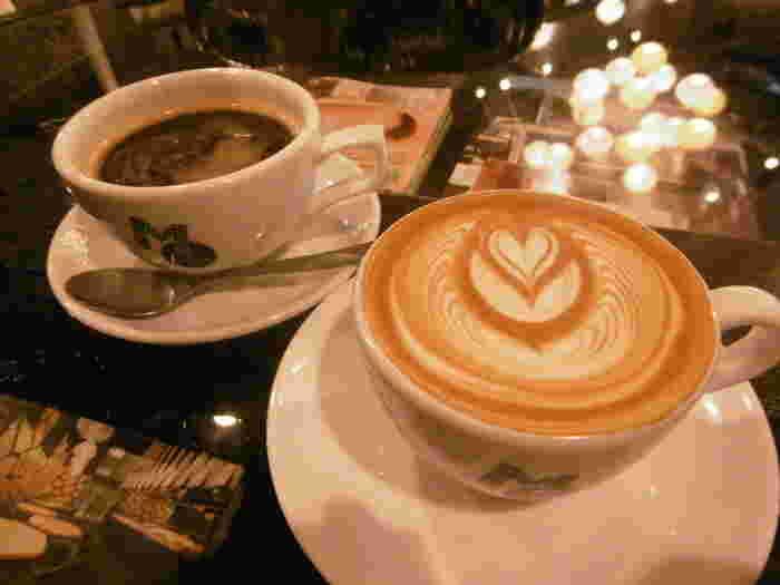 店の顔であるコーヒーは格別。シアトル製の本格的なマシンを使用することで、これまでになくなめらかなラテが楽しめます。