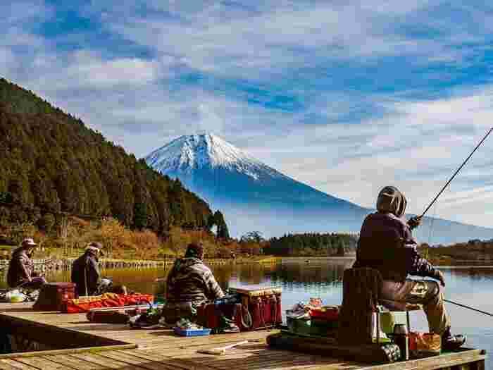 田貫湖キャンプ場では、富士山を目の前に、日帰りバーベキューやキャンプが楽しめます。湖では、ボートや釣りも楽しめ、サイクリングロードもあり、自然の中でアウトドアを満喫出来ますよ。